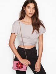 Růžová kabelka s výrazným zdobením