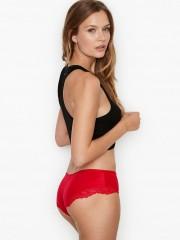 Červené hladké kalhotky doplněné krajkovými detaily