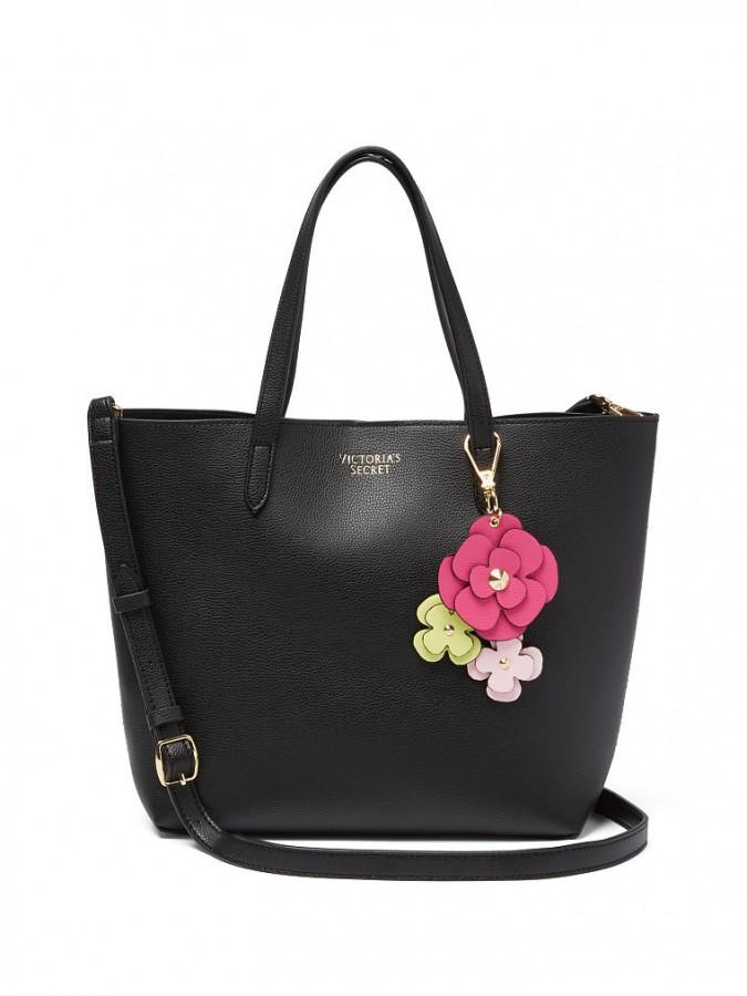 a07e26b02e ... kabelka Victoria s Secret Tease Flower Mini Tote. Černá koženková taška  s odepínatelným květinovým přívěskem