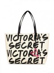 Černobílá kabelka s nápisy Victorias Secret