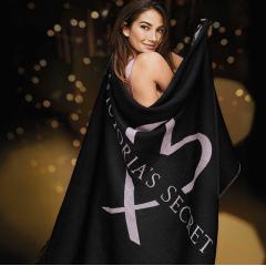 Černá deka z příjemného materiálu s nápisem VS