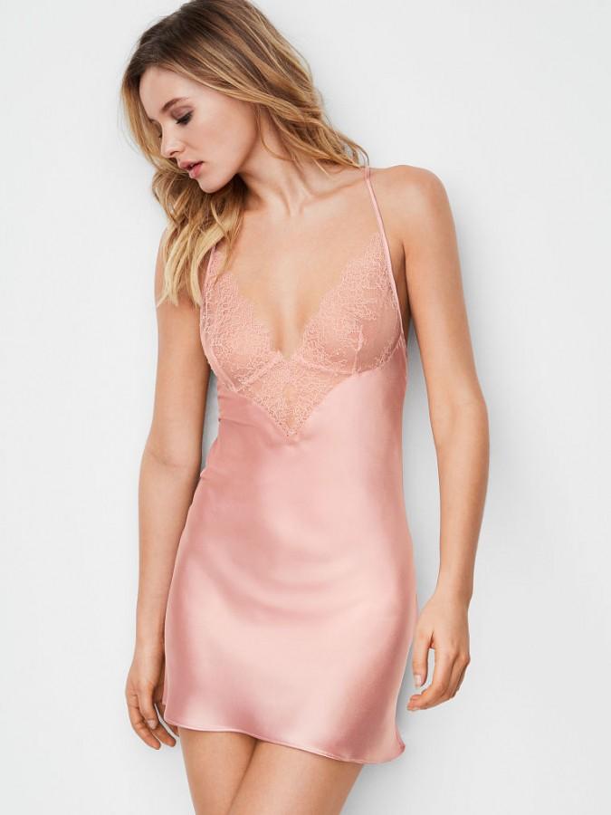 ffa1aa02313 ... Noční košilka Victoria s Secret Chantilly Lace   Satin Slip růžová.  Luxusní saténová košilka s krajkovými detaily ...