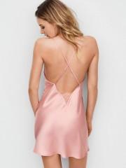 Růžová saténová košilka s velkým výstřihem na zádech